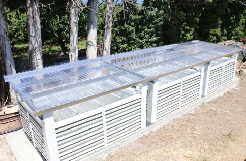 Copyright : Daniel Garcia/CEA <br /> L'installation PhytoBarre est composée de plusieurs modules (bassins) afin de s'adapter au volume d'effluents à traiter. Elle est protégée des eaux pluviales par un toit transparent qui laisse passer la luminosité.